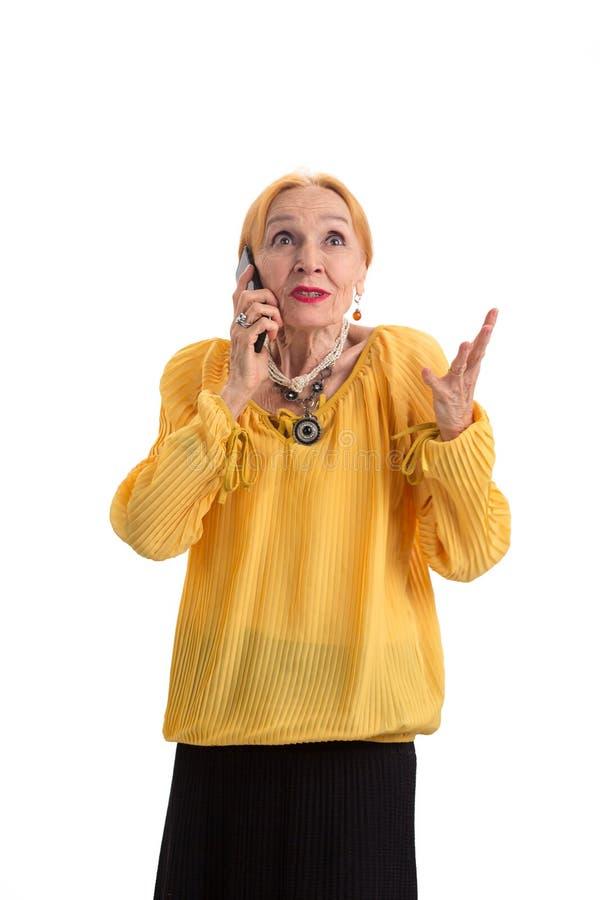 Ältere Frau mit Handy lizenzfreie stockfotos