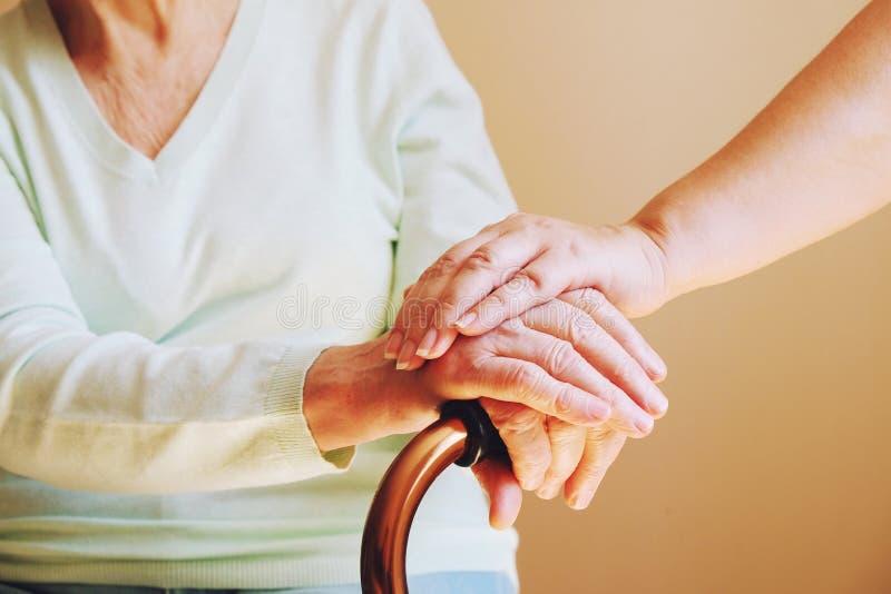 Ältere Frau mit ihrer Pflegekraft zu Hause Älteres Leutegesundheitswesen des Konzeptes stockbild