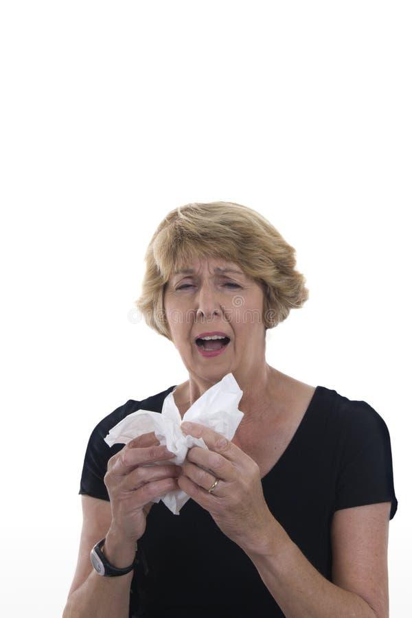 Ältere Frau mit Kälte oder Allergien lizenzfreie stockfotografie
