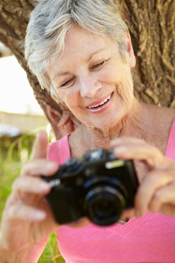 Ältere Frau mit Kamera stockfoto