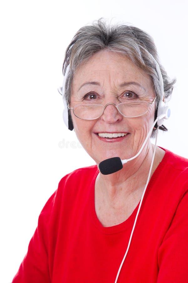 Ältere Frau mit Kopfhörer - ältere Frau lokalisiert auf weißem backgr stockfotografie