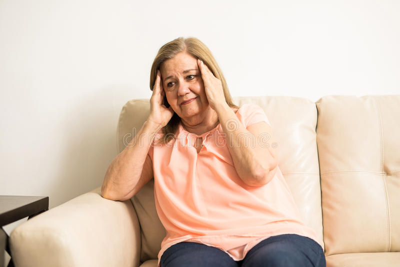 Ältere Frau mit Kopfschmerzen stockfotografie
