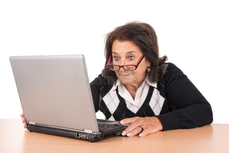 Ältere Frau mit Laptop stockfotos