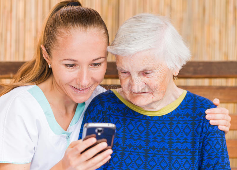 Ältere Frau mit Pflegekraft lizenzfreies stockfoto