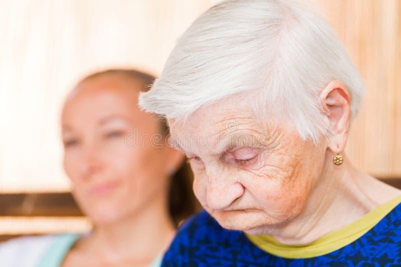 Ältere Frau mit Pflegekraft lizenzfreies stockbild