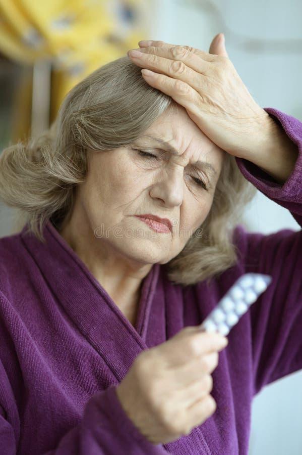 Ältere Frau mit Pillen stockfoto