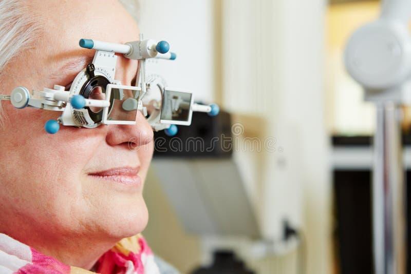 Ältere Frau mit Proberahmen an lizenzfreie stockbilder
