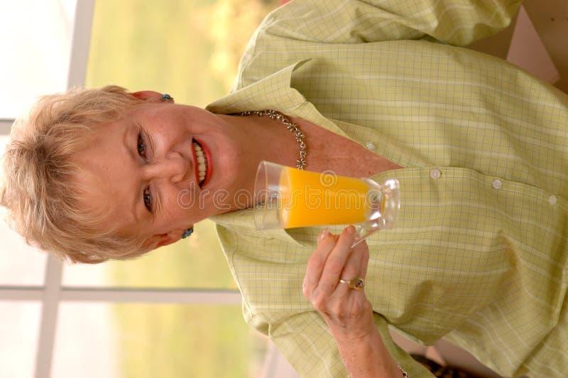 Ältere Frau mit Saft stockfoto