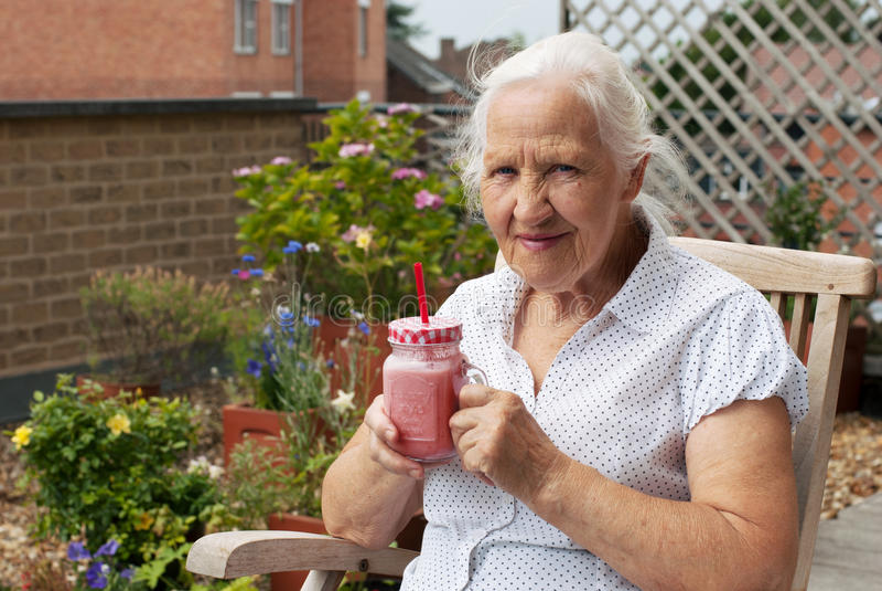 Ältere Frau mit Smoothie lizenzfreies stockbild