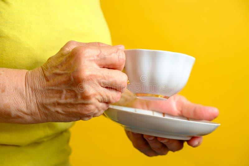 Ältere Frau mit Tasse Tee stockfotografie