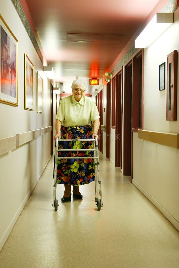 Ältere Frau mit Wanderer stockfoto