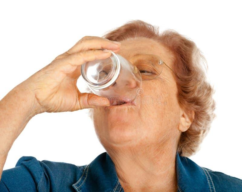 Ältere Frau mit Wasserglas lizenzfreies stockbild