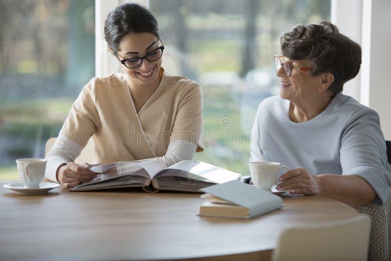Ältere Frau mit zarter Pflegekraft lizenzfreies stockfoto