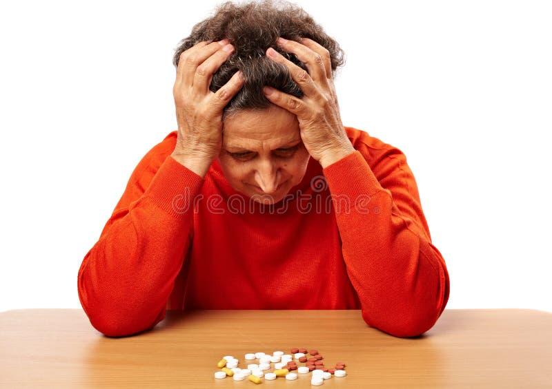 Ältere Frau mit zu vielen Pillen lizenzfreie stockfotos