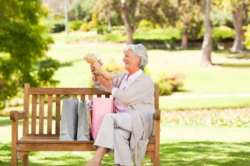 Ältere Frau nach dem Einkauf lizenzfreie stockfotos