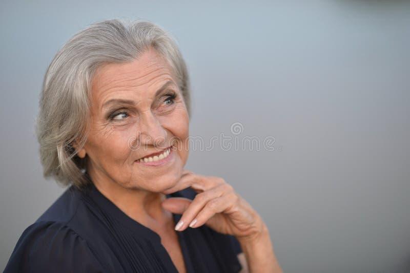 Ältere Frau nahe See lizenzfreie stockfotos
