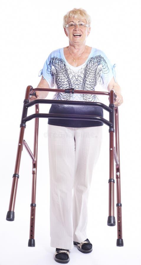 Ältere Frau scherzt mit Wanderer stockfotos