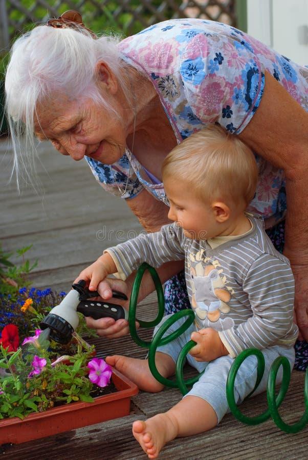 Ältere Frau und Enkel stockfoto
