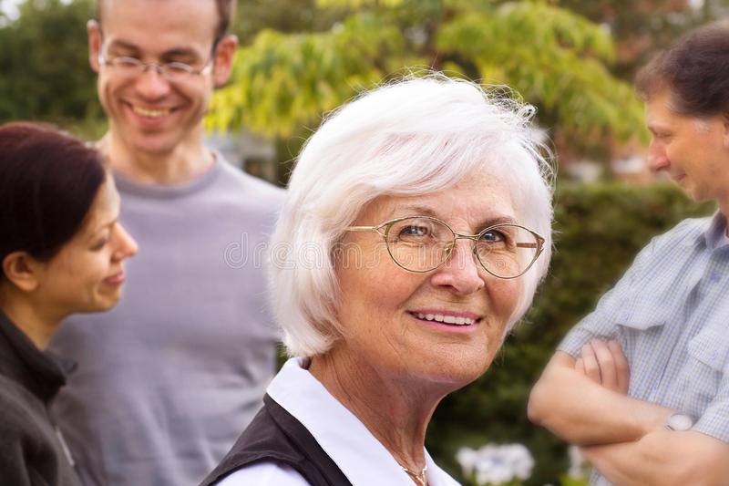 Ältere Frau und Familie stockfotografie