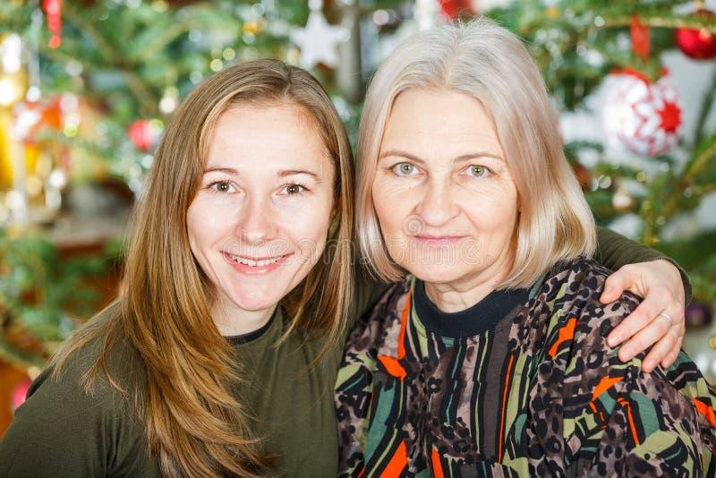 Ältere Frau und ihre Tochter lizenzfreies stockbild
