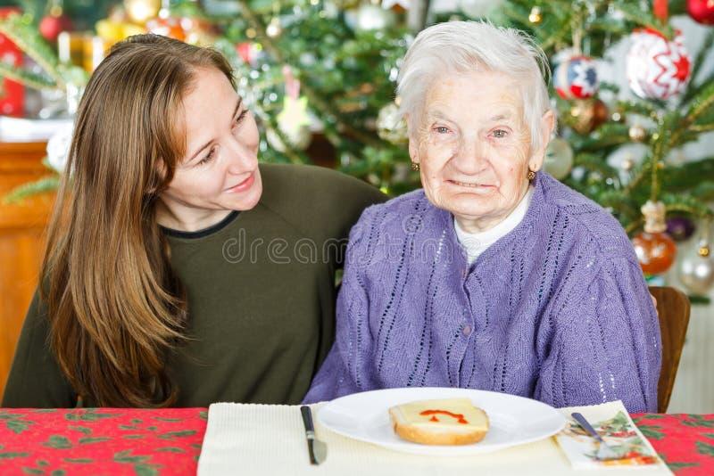 Ältere Frau und junger Betreuer lizenzfreies stockfoto