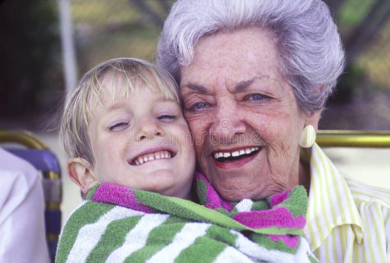 Ältere Frau und junger Junge stockfoto