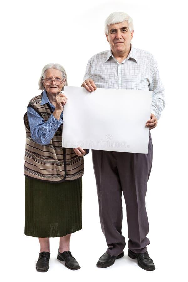 Ältere Frau und Mann, die eine leere Anschlagtafel hält stockbilder