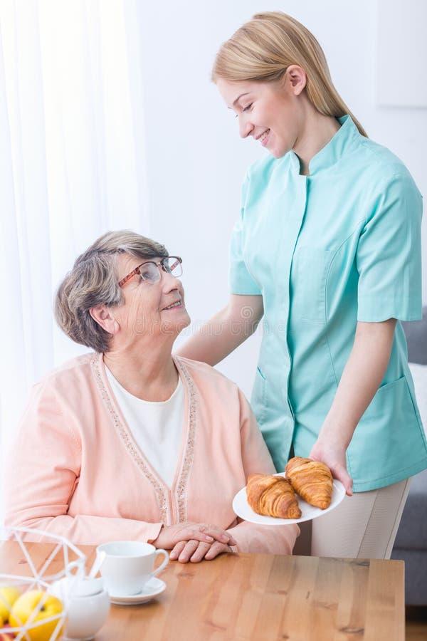 Ältere Frau und Pflegekraft lizenzfreie stockfotografie