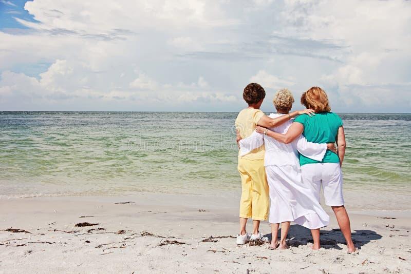 Ältere Frauen auf Strand stockfoto