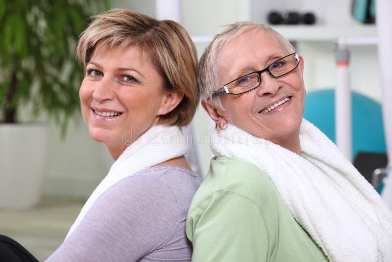 Ältere Frauen an der Turnhalle stockbild