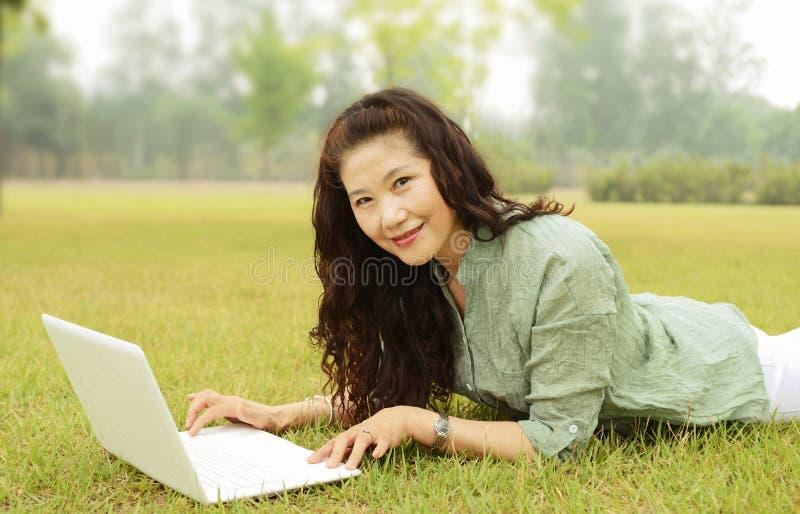 Ältere Frauen, die Laptops verwenden stockfotografie