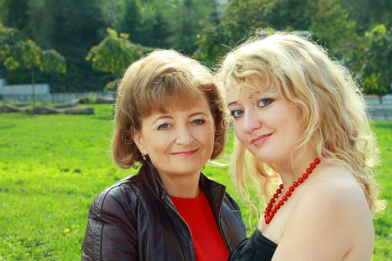 Ältere Frauen-und Erwachsen-Tochter stockfoto