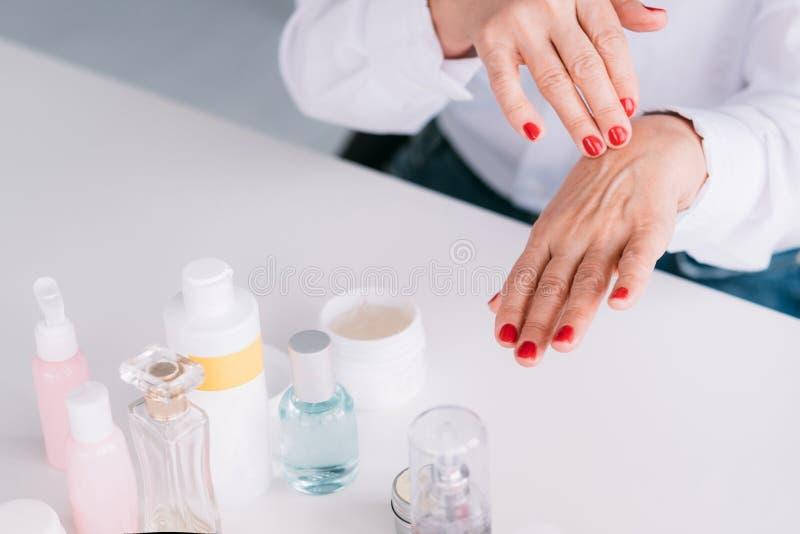 Ältere Frauenhandpflegehaut-Schönheitskosmetik stockbilder