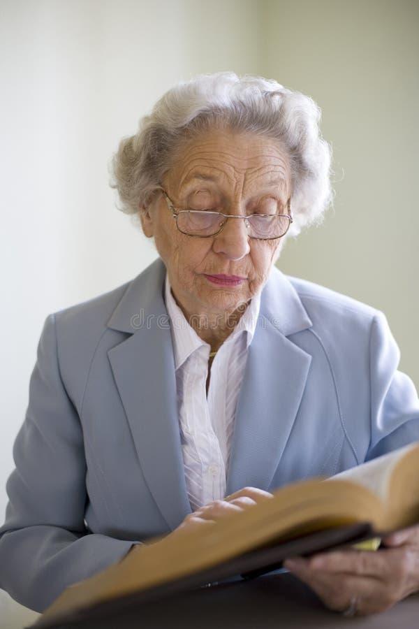 Ältere Frauenmesswertbibel lizenzfreie stockfotografie