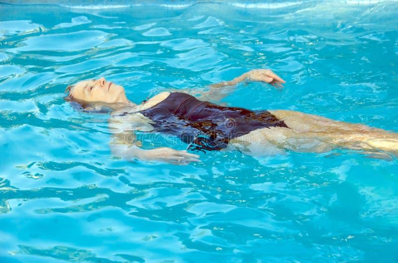 Ältere Frauenschwimmen stockfotografie