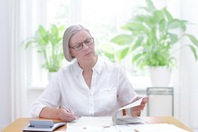 Ältere Frauensteuererklärungsformen lizenzfreies stockbild
