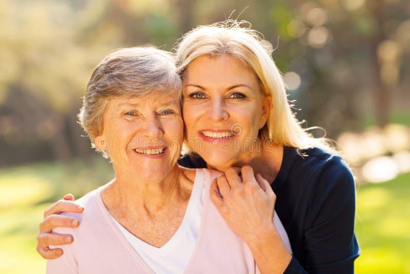 Ältere Frauentochter stockbilder