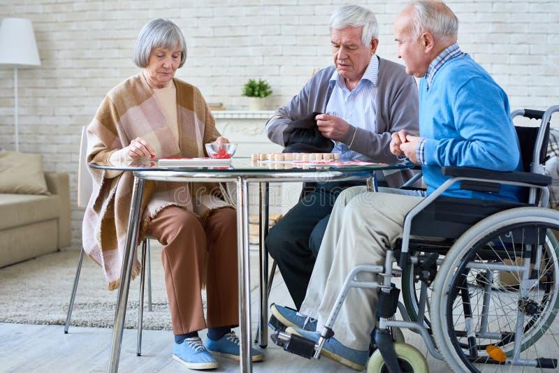 Ältere Freunde, die Lotto spielen lizenzfreies stockbild