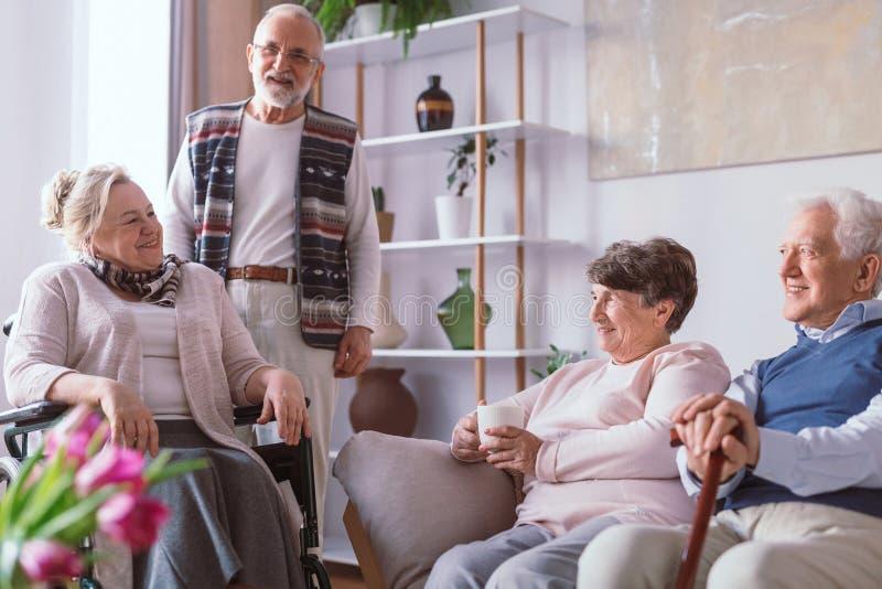 Ältere Freunde, die zusammen Zeit im Ruhesitz verbringen stockbild