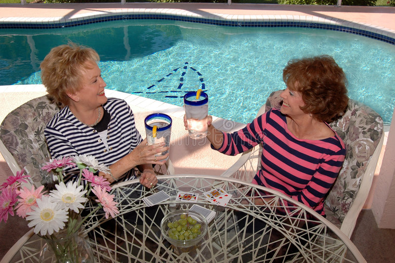Ältere Freunde feiern stockfotografie