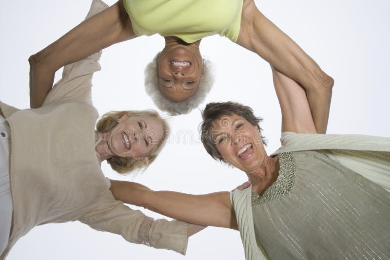 Ältere Freundinnen in einem Wirrwarr stockbilder