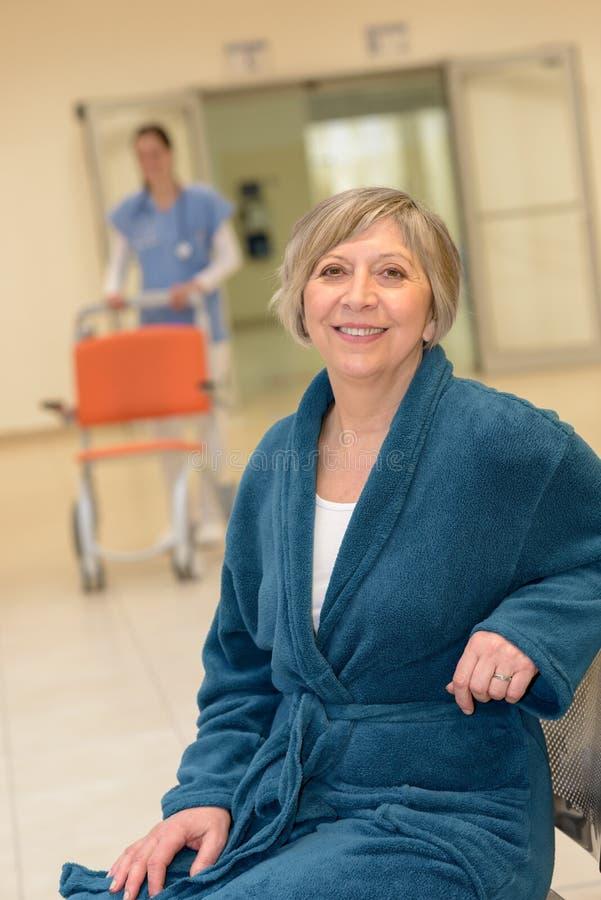 Ältere geduldige Aufwartung ins Krankenhaus stockbild