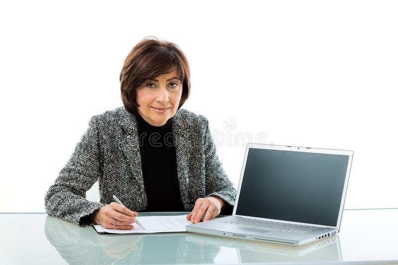 Ältere Geschäftsfrau, die Darstellung tut lizenzfreies stockfoto
