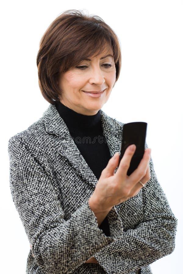 Ältere Geschäftsfrau, die Handy verwendet lizenzfreies stockbild