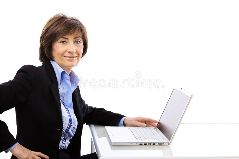 Ältere Geschäftsfrau, die Laptop-Computer verwendet stockfotos