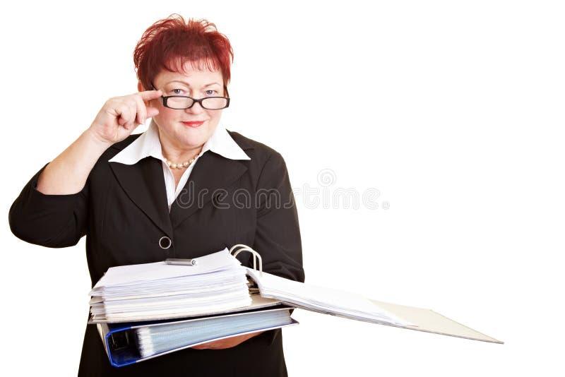 Ältere Geschäftsfrau mit Gläsern lizenzfreie stockfotos