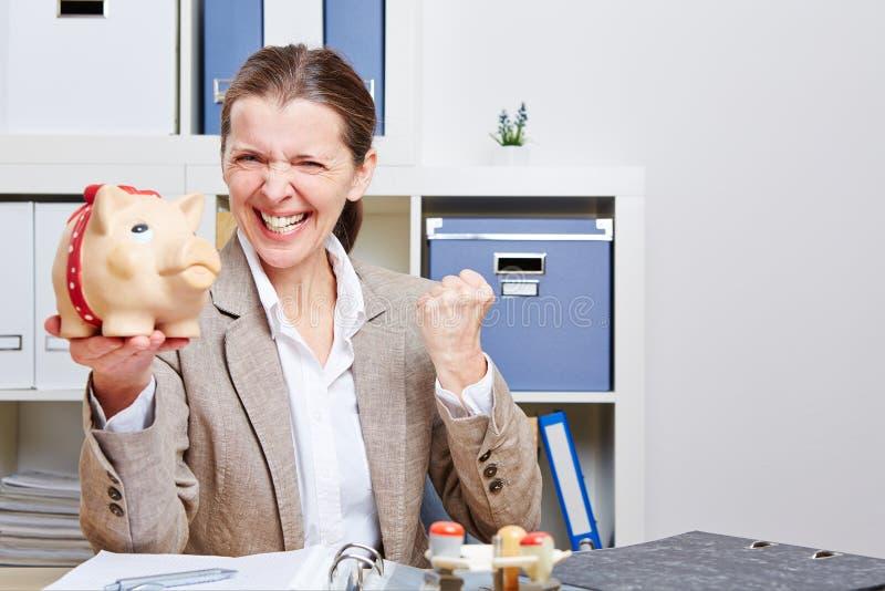 Ältere Geschäftsfrau mit piggy stockfoto