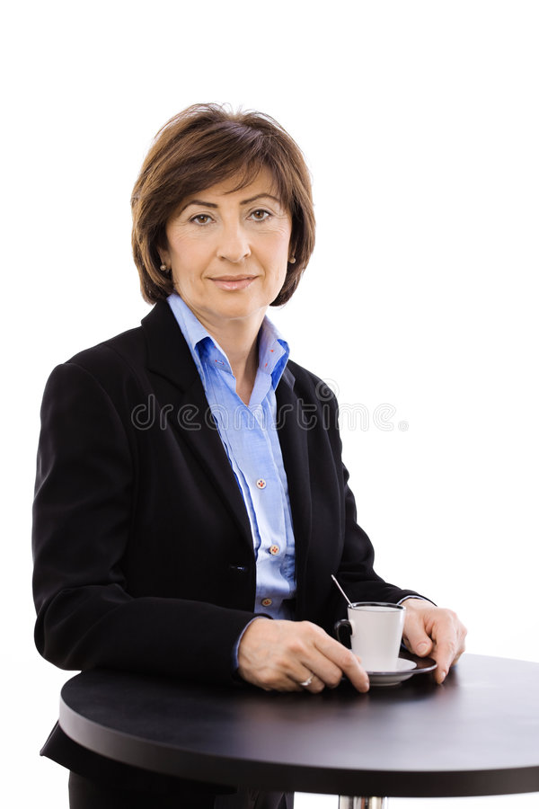 Ältere Geschäftsfrau trinkendes coffe lizenzfreies stockfoto