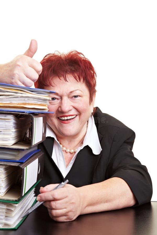 Ältere Geschäftsfrauholding stockfoto