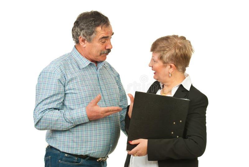 Ältere Geschäftsleute, die Diskussion haben stockfotografie